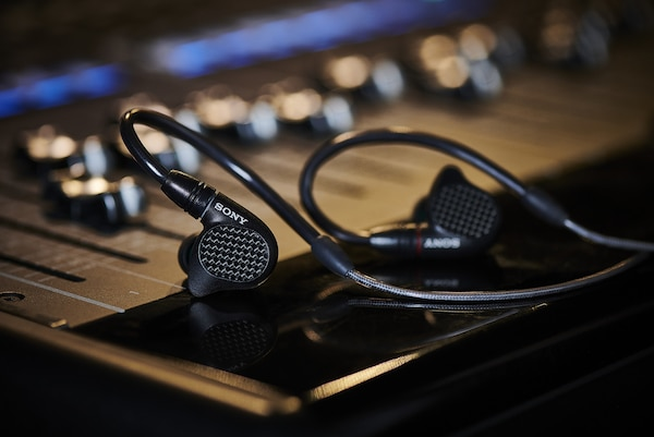 In-ear monitor earphone IER-M7 di atas meja mixing