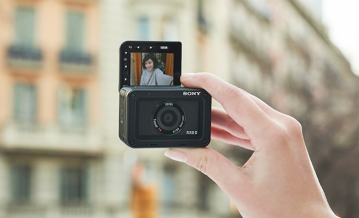 Monitor LCD dapat dimiringkan, sempurna untuk selfie