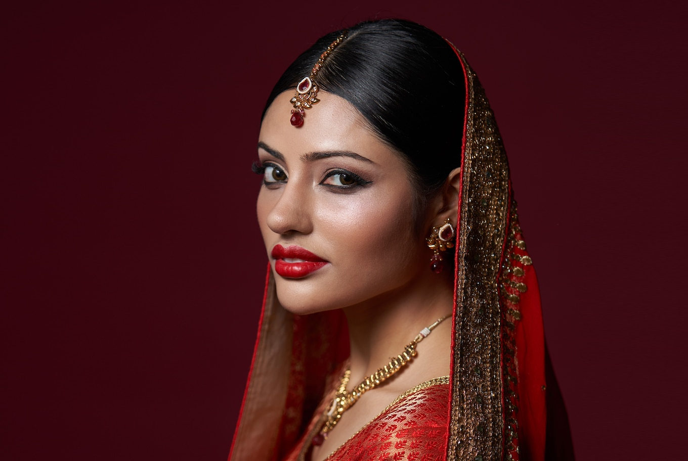 portrait-indian-girl-in-red-gold-ornament-alpha-7RIII