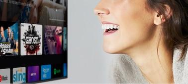 Wanita mengontrol TV dengan suaranya